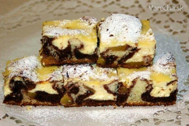 Strakatý tvarohový koláč s broskyňami
