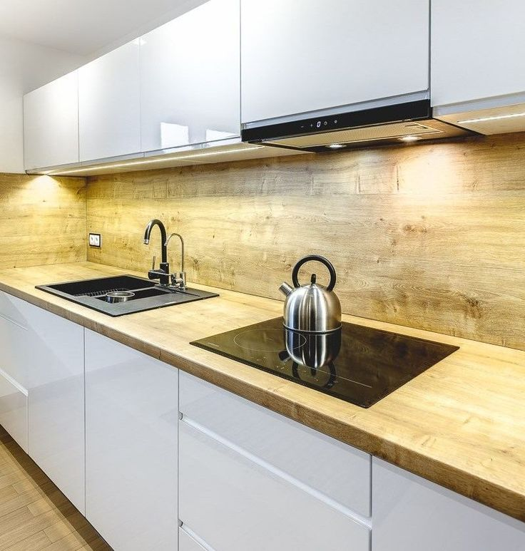 plan travail cuisine et dosseret en bois massif, armoires sans poignées
