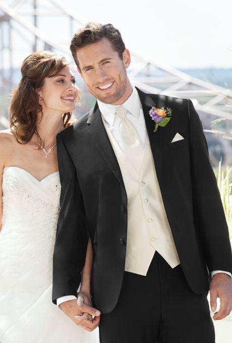 花嫁だけじゃない!新郎もおしゃれに決め手。黒の新郎衣装の参考一覧。