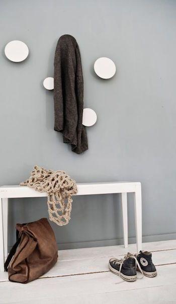 comment aménager un couloir étroit et long petite entree mur gris peinture elegante patere porte manteau bouton blanc