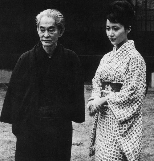 Kawabata Yasunari 川端 康成 (1899-1972) novelist with actress Iwashita Shima 岩下志麻 at his lawn at Nagatani 永谷 for the movie Koto 古都 - Director : Nakamura Noboru 中村登 (1913-1981) - 1963