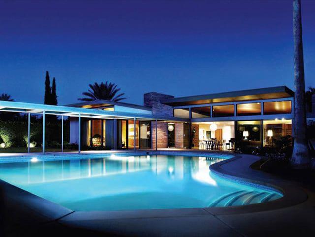 """Frank Sinatra – 2 600 €/noc; Luxusné Palm Springs ponúka aj toto prepychové bývanie speváka Franka Sinatru. Vilu s názvom """"Twin Palms"""" preňho postavil slávny architekt E. Stewart Williams a každého nájomníka čaká luxus piatich spální, 6 a pol kúpeľne, obrovská terasa, vlastný bazén a dvadsaťštyrihodinový security system s vrátnikom. Dokonca je vila prenajímaná na svadby a iné eventy!"""