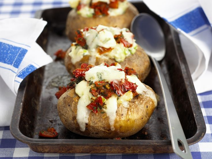 OH, da knurrt mein Magen: Ofenkartoffel mit Käse und Tomaten gefüllt - smarter - Zeit: 30 Min. | eatsmarter.de