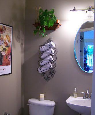 Outras coisas para pendurar na parede: um suporte de garrafas de vinho reaproveitado como um porta toalhas.