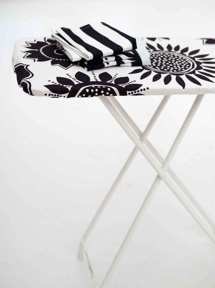 Gudrun Sjödéns Winterkollektion 2014 - Der Bügelbrettbezug Solros gestaltet das Bügeln weitaus angenehmer. Erhältlich in folgenden Farben: Ungebleicht, Ananas, Pfingstrose, Lavendel und Schwarz.