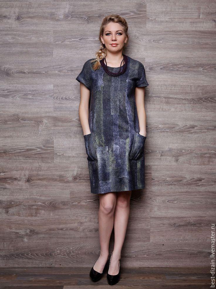 Купить или заказать Валяное платье «Вечерняя Прага» в интернет-магазине на Ярмарке Мастеров. Платье выполнено в технике нуно-фелтинг. Натуральный шелк ручного крашения с двух сторон и совсем немного шерсти мериноса. Легкое, комфортное. Платье на каждый день и идеально для офиса. Прямой силуэт, карманы. Можно носить с поясом. Длина 98 см. Рост модели 17…
