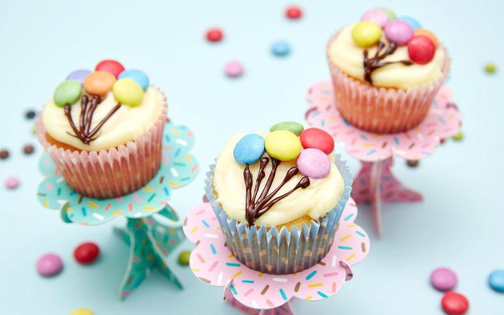 Lag muffins som setter bursdagsbarnet i skikkelig feststemning. Ikke bare er muffins med ballonger til bursdagen lette å lage - de smaker fantastisk godt!