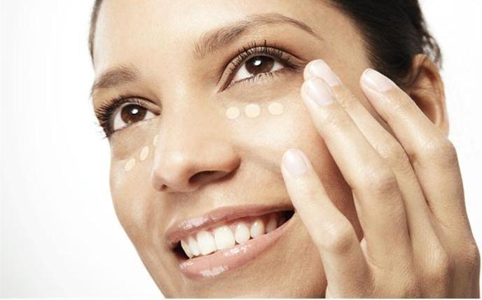Öncelikle cildinizin tamamen temiz olmasına dikkat edin. İlk adımı gerçekleştirdikten sonra, gözünüzün alt kısmına kapatıcınızı küçük noktalar halinde ve parmağınızı kullanarak, yumuşak hareketlerle yayın.  #cosmetic #beauty #beautyfull #kozmetik #guzellik