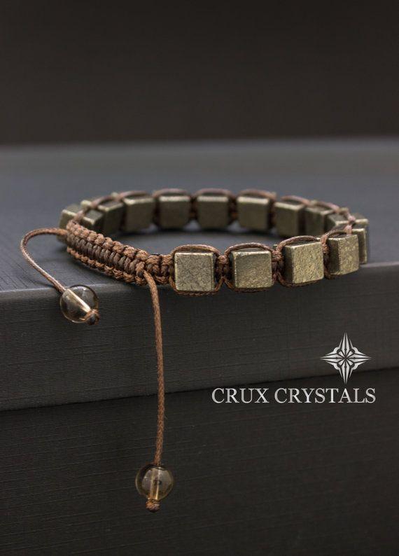 Shamballa Bracelet pour homme conçu fait de 8 mm perles Cube en forme de Pyrite dorée (poisson d'or), combinés avec cordon de shamballa ciré brun foncé à la main. Le bracelet se termine par deux perles de Quartz fumé 8mm comme bouchons. (S'il vous plaît, agrandissez les photos pour une meilleure résolution et plus de détails) Note: Bracelets pour tous les hommes peuvent être faites en taille plus petite des femmes!!! Il suffit de nous laisser une note avec la commande ou m'envoyer un…