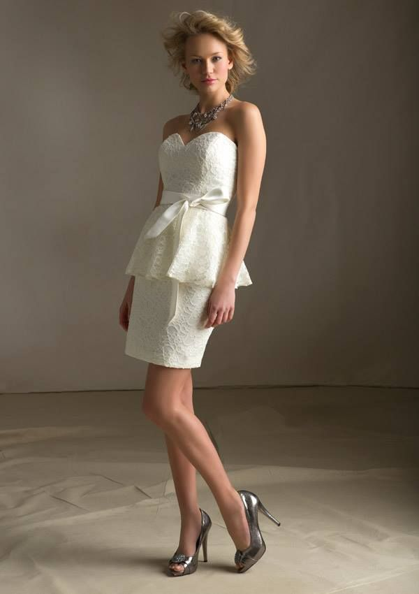 Style VNZNF Lace with Matching Satin Tie Sash Zipper back. Shown in Ivory. Available in select color combinations. Sizes Available: 2-28.  Inventario de Bogotá Talla 6 Color Ivory/Ivory Precio: $557.700 Pesos Colombianos.