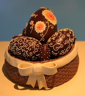 cesta de bolo de amêndoa perfumada com vinho do Porto recheada de ovos de chocolate