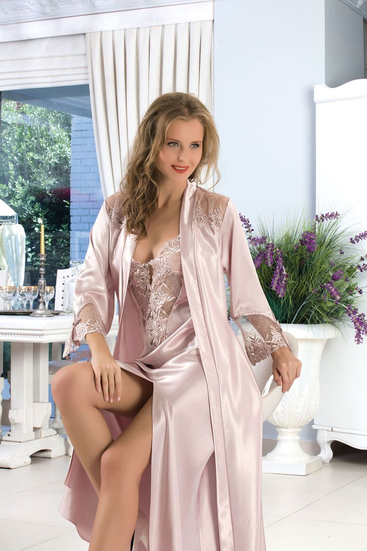 голая женщина сидит на шелковой ночнушке - 13