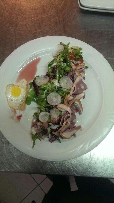 Salata cu piept de rata si ou de prepelita