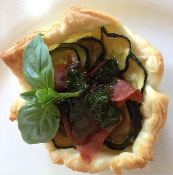 Cestino di sfoglia con zucchine saltate, crudo e aroma al basilico | Food Loft - Il sito web ufficiale di Simone Rugiati