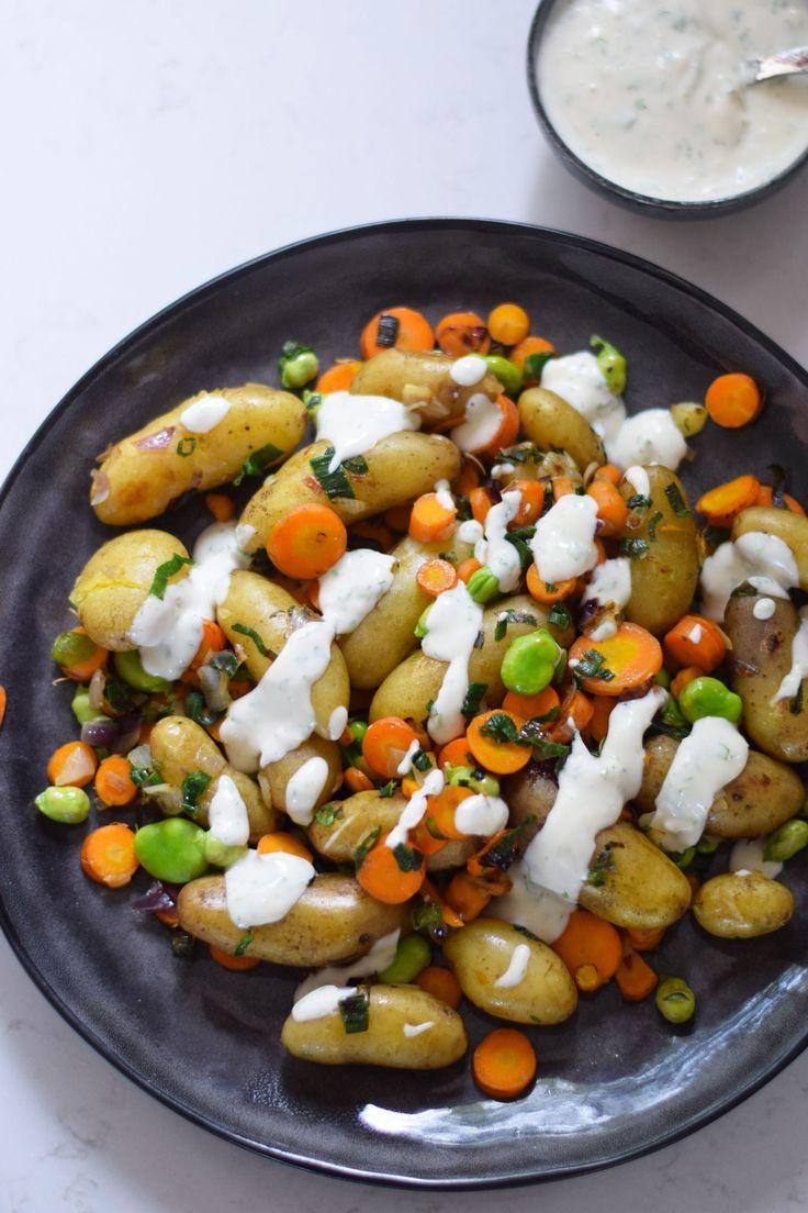 Stegte aspargeskartofler, gulerødder og hestebønner, serveret med mælkefri persillecreme