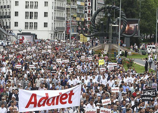 CHP Genel Başkanı Kemal Kılıçdaroğlu'nun, CHP İstanbul Milletvekili Berberoğlu'nun tutuklanması üzerine Ankara'dan İstanbul'a başlattığı tepki yürüyüşü sürüyor.