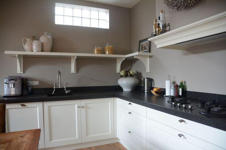 Witte landelijk klassieke woonkeuken
