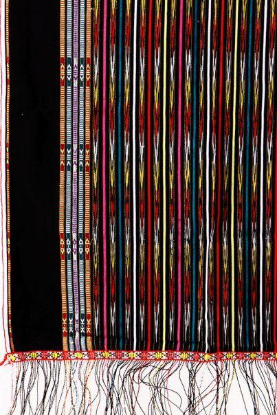 Ulos Mangiring marjugia warna hitam Ulos Mangiring biasa digunakan sehari-hari sebagai tali-tali (tutup kepala pria) dan saong (tutup kepala wanita). Dalam kesenian suku Batak, Ulos mangiring diberikan oleh orang yang dituakan kepada cucu-cucunya.