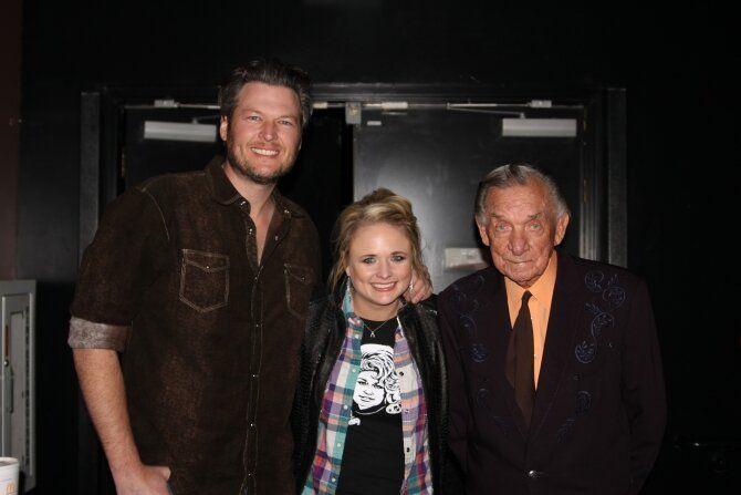 Blake Shelton & wife Miranda Lambert pose with Ray Price