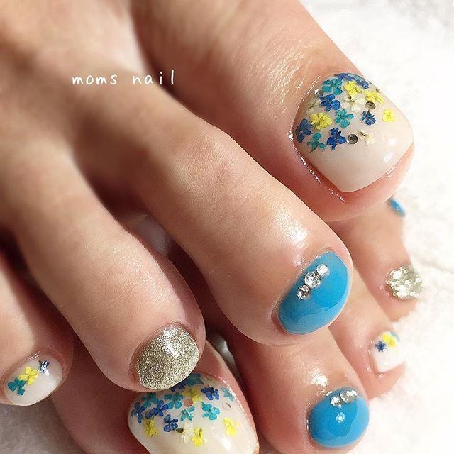 【 押し花フット 】 .  鮮やかなブルーが爽やか♡ ドライフラワーをのせた春フット^ ^ . ピンクやパープルが人気の押し花ですが、 ブルーもアクセントになり可愛いですね! . オープントゥを履く季節になりましたね。 足元のオシャレは、気分も上がりますよ。 . .. ... 《ご予約・お問合せ》 ▷LINE→@gvx7531y ▷Mail→info@moms-nail.com ▷HP→moms-nail.com . ※24時間受付可能です。 . . 〈マムズネイルの公式サイト〉 ⬇︎⬇︎⬇︎ ・ブログ http://s.ameblo.jp/kei918kono78/ ・サロンインスタグラム http://instagram.com/moms_nail ・サロンフェイスブック www.facebook.com/moms.nail ・ネイルブック https://nailbook.jp/salon/15288/  どちらのサイトからも御予約頂けます♡