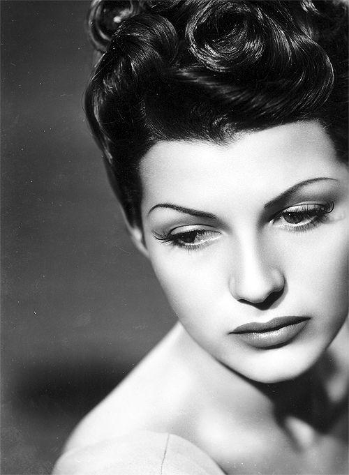 Rita Hayworth....fotografia poco comun de nostalgia en el rostro de una belleza ...