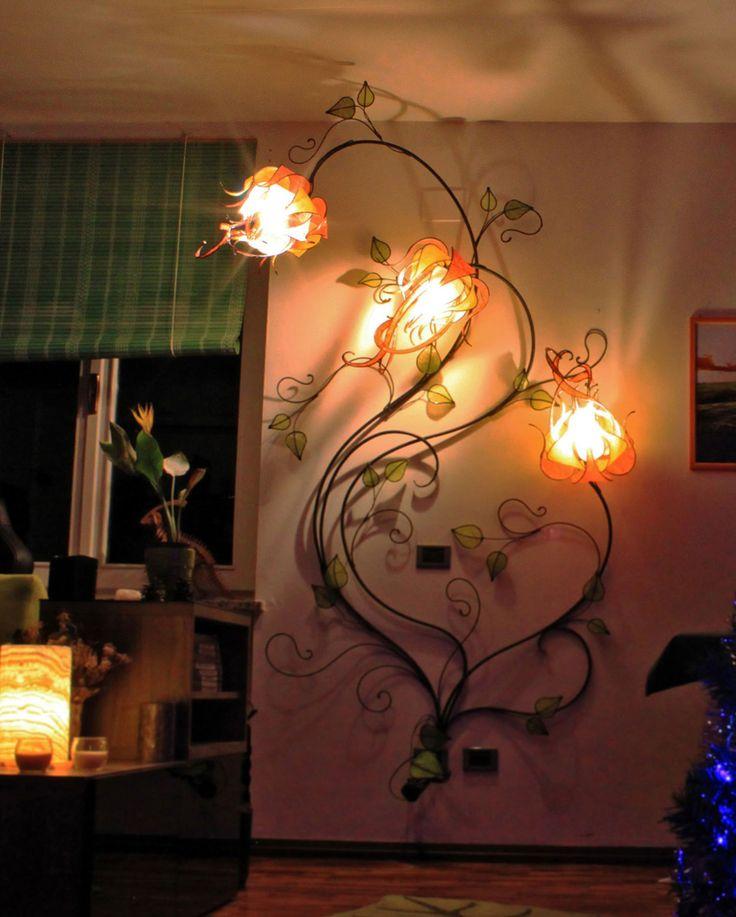 """Tre fiori """"Luma"""" su ramo, lampada da parete. Altezza 280 cm, larghezza 130 cm, profondità 60 cm (considerando la sporgenza del fiore più alto)."""