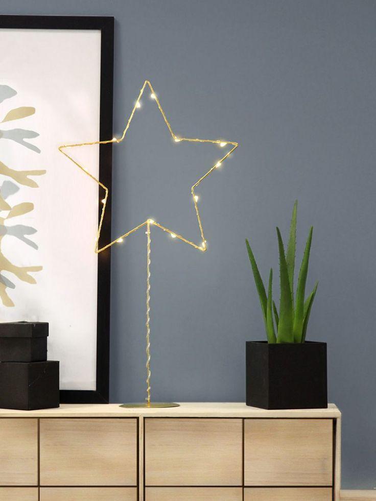 Batteridrevet stjerne på fot i messingfarget metall med dew drop slynge fra Star Trading. Sparkling LED Stjerne har 15 LED-lyskilder med varmhvitt skinn og er fin å sette i vinduet eller på en hylle. Den innebygde timeren gjør det lett å stille inn når stjernen skal lyse