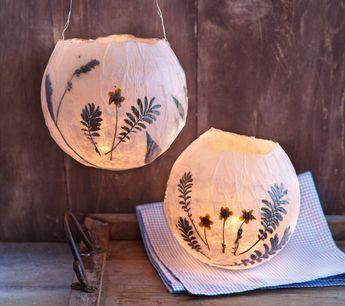 Basteln mit Kindern: Tolle leuchtende Lampions ganz einfach basteln! Je nach Jahreszeit mit Blüten oder Blättern bekleben. Mehr Ideen zum Selbermachen, DIY bei HIMBEER.