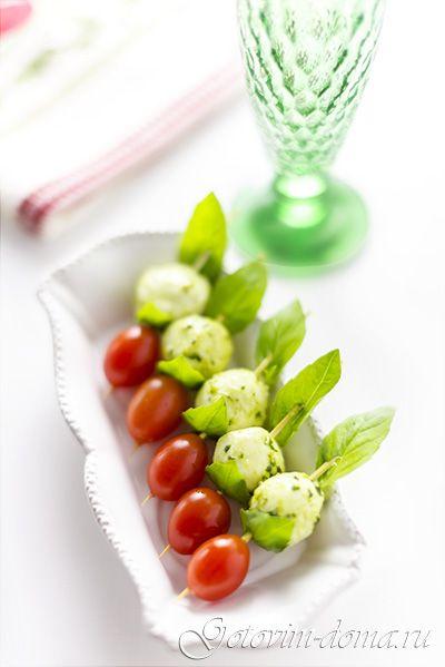 Канапе с мини-моцареллой и помидорами черри