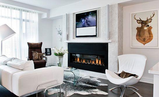 Salon avec foyer et sofa en cuir blanc