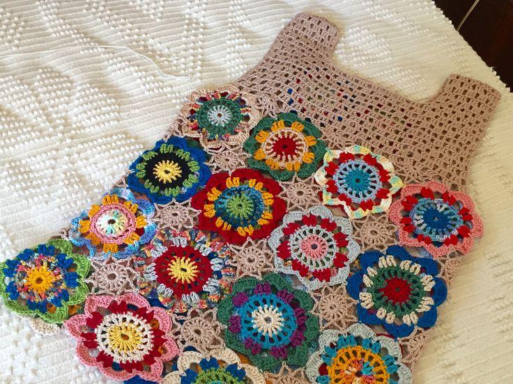 Blusa em crochê bem colorida . Linha ANE