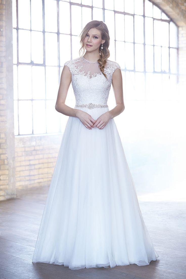 O rochie de mireasa cu o tinuta eleganta si rafinata care pune in evidenta silueta cu ajutorul aplicatiilor de cristale Swarovski din talie.  Fusta rochiei este creata din tul iar corsetul contine aplicatii fine din dantela.