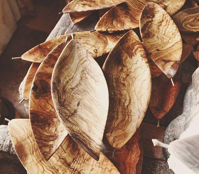 Foglie e venature  #olive #carved #Madera #contemporary #autumn #finearts #design #wooden #Ostuni #weareinpuglia #puglia  #artigianato #madeinpuglia #livefolk #leaf #woodworking #Wood #woodart #folk #handmadeinitaly #fattoamano #woodwork #Salento #liveedge #foglie #art #woodgrain #dowoodworking #liveauthentic #folkgood