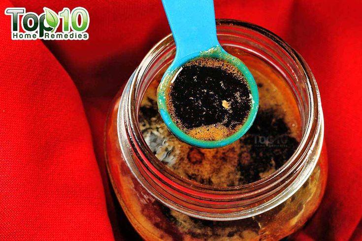 'Doe het zelf' huisgemaakt hoestsiroop Dit is een recept voor thuis gemaakte hoestsiroop met honing, citroen en gember.Maak makkelijk je eigen hoestdrankje. Wat heb ik nodig om te beginnen: Gember Rauwe honing 2 citroenen Water Mes Rasp of een zester 1pan 1mixlepel Maatbeker en lepels Zeef en een kom Een pot om de siroop te …