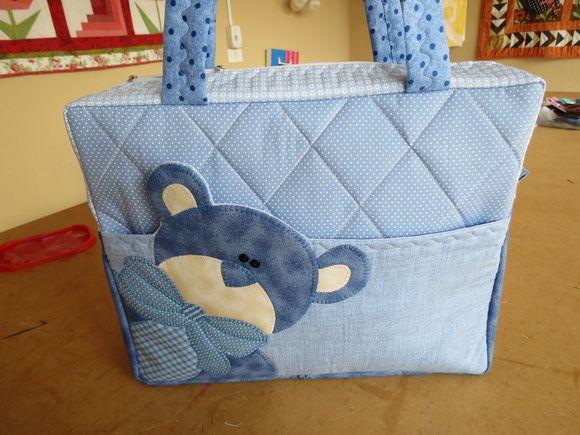 Bolsa feita com tecido 100% algodão , feita em diversas cores e aplicações. Favor verificar a disponibilidade de tecidos e cores ante de comprar. R$ 140,00