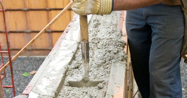 Diferencias entre plástico, cemento y mortero. El cemento, el mortero y el plástico son diferentes elementos utilizados para construir, reparar o aumentar la durabilidad de los objetos. Sin embargo, cada uno tiene diferentes aplicaciones. Por ejemplo, cuando uno construye una cerca, el cemento - no mortero ni plástico - es añadido junto con agua al agujero para sostener el poste de la cerca. ...