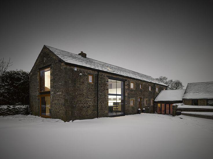 Aujourd'hui je vous propose de prendre la direction du Yorkshire au Royaume-Uni pour découvrir cette superbe rénovation d'une grange du XVIème siècle en un loft de 354 m² signée par le studio Snook Architects. Transformer une surface en habitation n'est jamais un long fleuve tranquille et dans le cas présent cela s'est révélé vraiment complexe.
