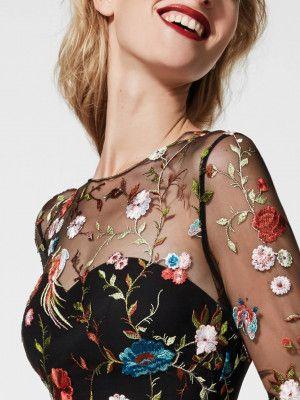 Glachel Langes Abendkleid mit tief angesetzter Taille aus Tüll und Garnstickerei mit langen Ärmeln und herzförmigem Dekolleté. Online bei Pronovias kaufen