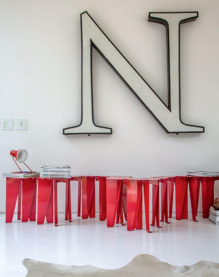 No estar, uma série de bancos vermelhos serve de assento e apoio.