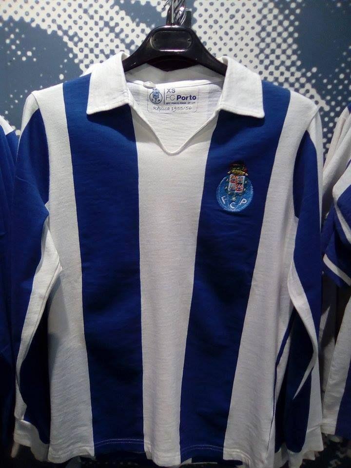 Réplica da camisola utilizada pelo FC Porto na época 1955/56, à venda na loja do clube. Foi com esta camisola que estrelas como Hernâni, Pedroto ou Virgílio conquistaram a primeira dobradinha para o FC Porto, vencendo o Campeonato e a Taça de Portugal, sob o comando técnico do brasileiro Yustrich. Foi também com esta camisola que o FC Porto se estreou em 1956/57 na Taça dos Campeões Europeus.