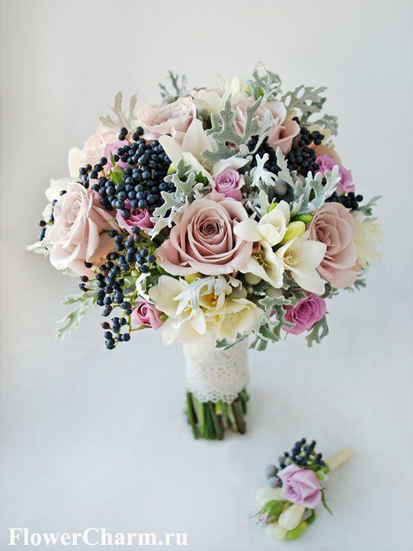 Необычный серебристо-сиреневый букет невесты с черными ягодами калины.