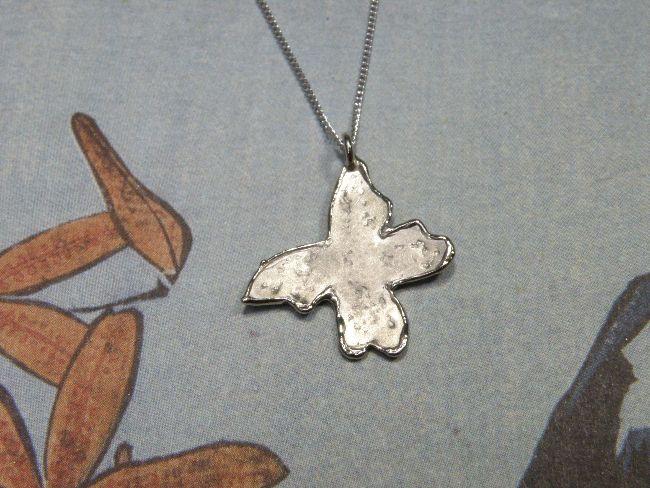 * push present | oogst-sieraden * Collier * Witgouden vlinderhanger aan verfijnd collier * Ter ere van geboorte van Elise *