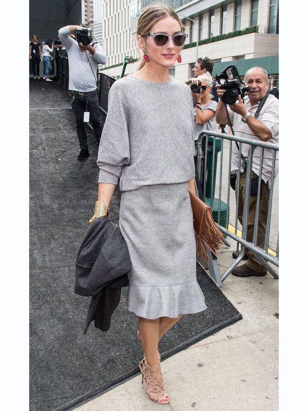 今すぐ真似したくなる、グレー×グレーのワントーンカラーが今年らしい装いは、ワークスタイルに最適。エレガントなスタイルが得意なオリビアは、「キャロリーナ へレナ」のドルマンスリーブトップスと女性らしいマーメードスカートをチョイス。大振りのビジューピアスや、ゴールドのバングルをアクセントに、足元はセクシーなベージュサンダルでスパイスアップするのがコツ。