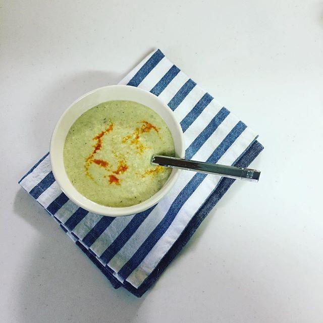#朝ごはん 枝豆と豆腐の和風スープ ・ ・ ・ おはようございます。 毎朝似たようなもんばっかですみません。 #スープクレンズ 3日目。 今朝は枝豆と豆腐の和風スープ。 茹でた枝豆と豆腐をミキサーでペースト状に。 鍋に移して水を少し入れて#茅乃舎 の#和風だし減塩タイプ を1つ、袋を破って中身をザバっと。 美味しいけど味がボヤけてたので、ラー油を垂らして食べました。 明日から回復食にします。 スープ+ヨーグルトとか、スープ+サラダとかそんな感じにしようと思います😊 ・ お天気がイマイチです。主人がいないと、雨の朝は大変なんです😭降ってなくて良かった! チャリで子供達送って行けた〜。 では、行ってきます。 ・ ・ ・ #糖質制限 #糖質オフ #ローカーボ #ロカボ #MEC #MEC食 #レコーディングダイエット #ダイエット #diet  #肉 #卵 #チーズ #食卓 #テーブルコーディネート #クレンズ #ファスティング