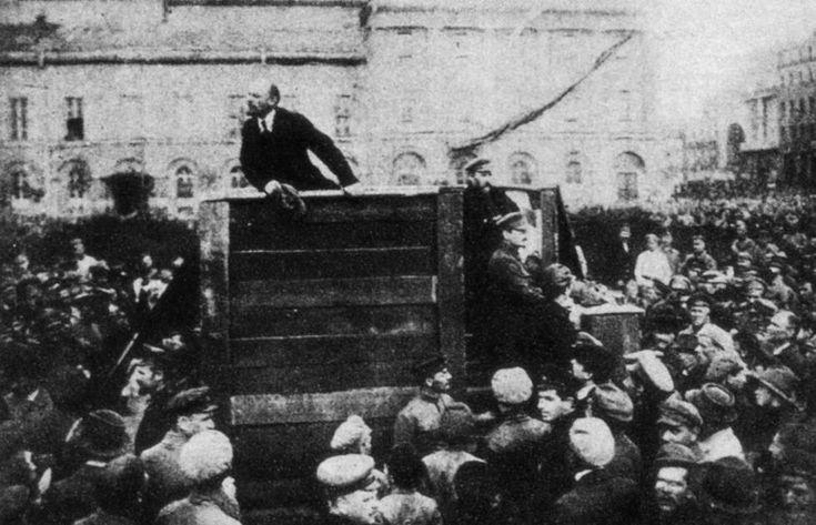 Lenin, en un mitin en la Plaza Roja de Moscú, en 1918.  Lo libros que hay que leer en 2017 El centenario de la Revolución rusa y la Transición española protagonizan los títulos literarios del año