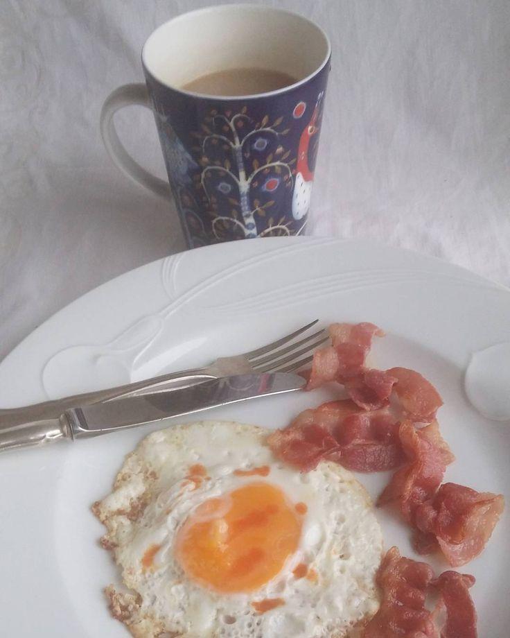 Lohturuokaa aamiaiseksi. Uudet alakerran naapurit ovat juhlineet kahdestaan yli kaksi vuorokautta. #aamiainen #pekoni #kananmuna #itsetehty #ruokablogi #ruoka#kotiruoka #herkkusuu #lautasella #Herkkusuunlautasella#ruokasuomi