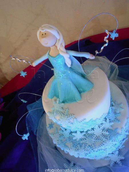 Pastel decorado con fondant de FROZEN en Guatemala ♥ Anna Elsa Olaf cake fondant snowflakes edible glitter  #labarradulce #Guatemala #cupcakes #cubiletes #pasteles #cakes #designcakes #pasteldediseño #sabores #flavors #frozen #congelados #disney #princesses #Disneyinspired #Anna #Elsa #Olaf #snowflake #edibleprint #fondant #Guate