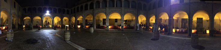 Panoramica in notturna del chiostro di San Domenico