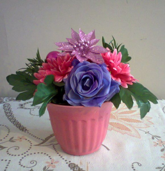 Arranjo de flores artificiais de seda com gérberas,rosa e enfeites de Natal , montado em vaso de plástico rosa <br>Ideal para decorar qualquer ambiente e ou dar de presente!