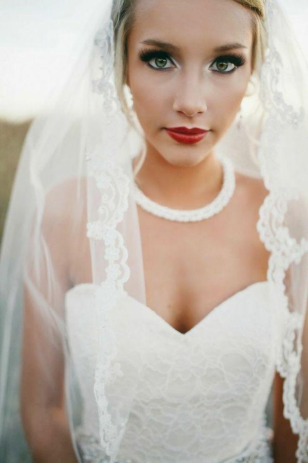 Braut rote Lippen schulterfreie Korsage Spitze Augen betonen